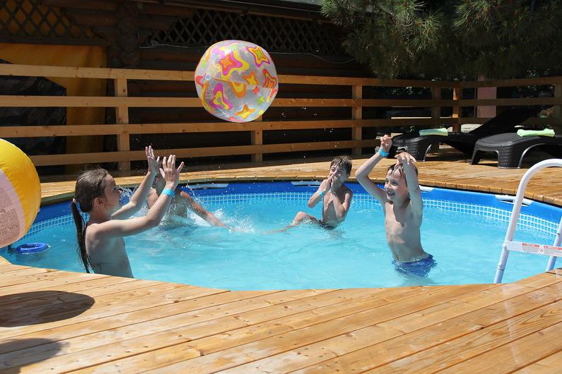 детские развлечения в бассейне во время отдыха в Крыму